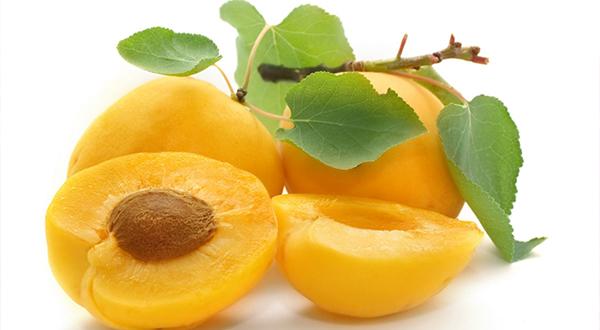 Las personas que tienen dificultades para ver bien en condiciones de poca luz, necesitan aprovisionarse de una inyección diaria de betacarotenos, un pigmento que abunda en los albaricoques y la naranja.